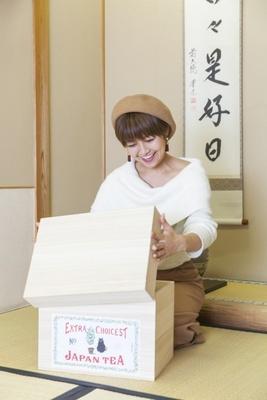 【写真を見る】「箱もかわいい! 収納やインテリアにも使えそう」と綾瀬さん。これは江戸時代後期、お茶を輸出される際に使っていた茶箱がモチーフになっている