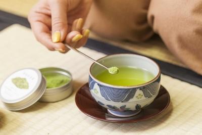 「微粉砕茶葉」にも、専用の茶さじが用意されている。「『カット茶葉』も『微粉砕茶葉』も、それぞれイラスト入りの缶に入っているんですよ」(綾瀬さん)
