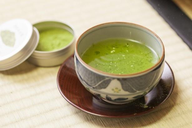 「微粉砕茶葉」を合わせると、コクが増して奥行きある味わいに。これをしっかり混ぜたら完成!