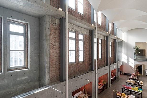 北1条通り側のレンガ造りの壁はそのまま残した斬新なデザイン