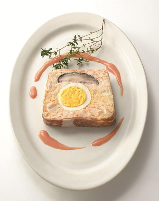 【写真を見る】上品なたたずまいの「鶏肉と豆腐のミートローフ」