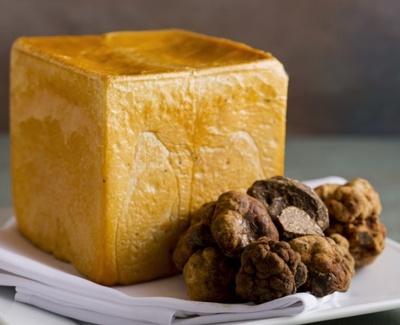 希少価値の高い春トリュフを使った贅沢な食パン「春トリュフトースト」(1296円)。1日5斤限定なので早めに予約を!