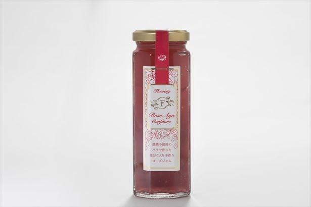 バラの花びらがそのまま入っている「Rose Ayaジャム」(税抜2500円)。パンにはもちろんヨーグルトや肉との相性もばっちり