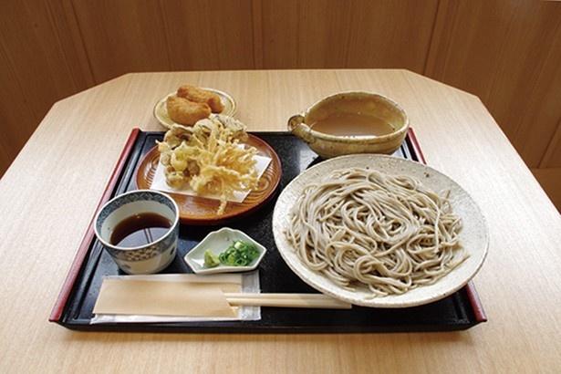 「茸天ぷらそば」(950円)、「玄米稲荷」(240円・2個)