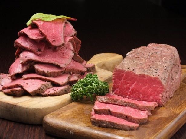 【写真を見る】 オーストラリア産最高品質の世界3大品種のひとつブラックアンガス牛を使ったローストビーフ