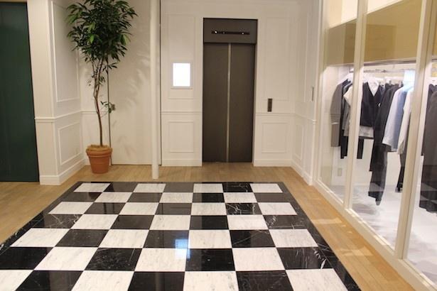 施設内のエレベーター前もホテルのような落ち着いた雰囲気に