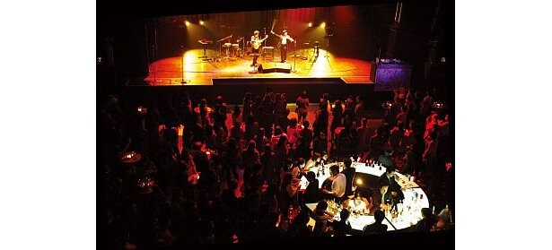 生ライブで盛り上がる、昨年の「Beaujolais Nouveau Party at CLUBCITTA'」。ボジョレーを堪能しながらジャズやオペラに酔いしれよう