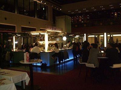 恵比寿ガーデンプレイスの「ボジョレーバー2009」では、国産牛ほほ肉の赤ワイン煮込み(1000円)など料理も充実