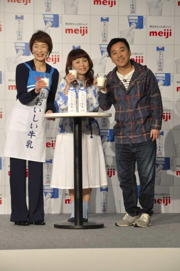 「明治おいしい牛乳」で乾杯する3人。左から料理研究家の浜内千波さん、なるみ、月亭八光