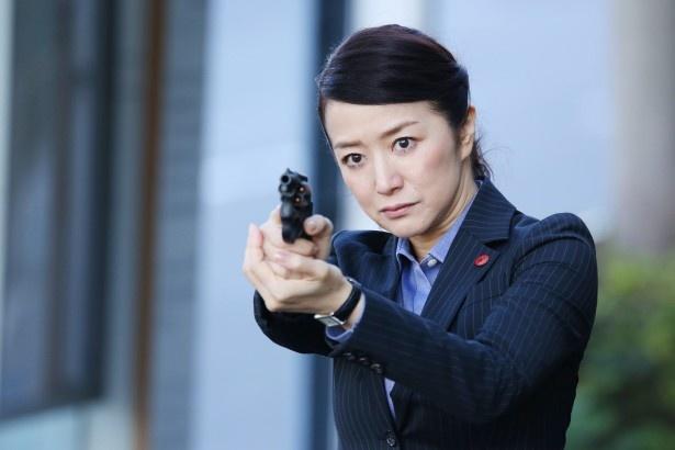 ドラマ「冬芽の人」でガンアクションシーンに挑んだ鈴木京香