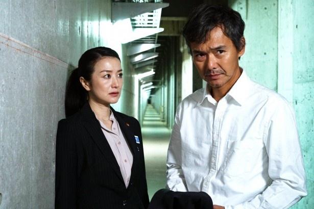 鈴木演じる主人公は、上司を死なせてしまった過去にさいなまれる女性