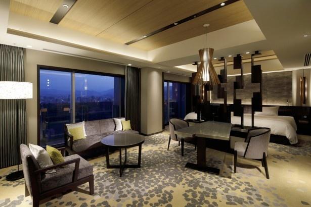 客室は順次改装予定。ダイニングテーブルなどを配し、風景を楽しみながら、和やかな時間を過ごせるよう配慮されている