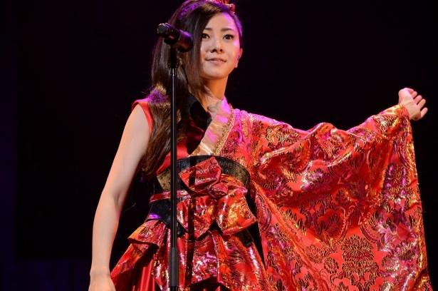 倉木麻衣が艶やかな衣装で観衆を魅了!