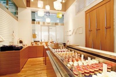 和モダンをコンセプトに、商品やパッケージはもちろん、店内の装飾もキューブ型を意識