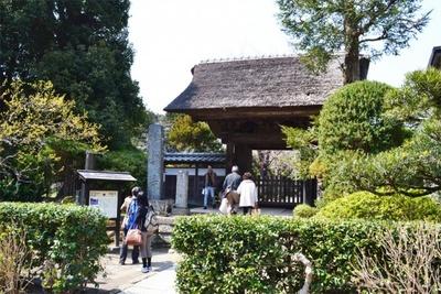 駅名の由来となった「極楽寺」は、かやぶきの山門が印象的