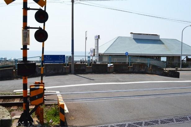 アニメで自転車勝負のスタート地点として描かれていたのはこのあたり(七里ヶ浜2号踏切)