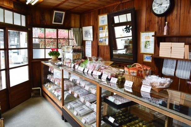 店内は、昔ながらの商店の雰囲気が感じられる(力餅屋)