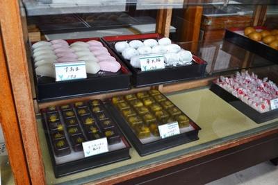 「すあま」(1個140円)や草大福(1個140円)などの生菓子も人気(力餅家)