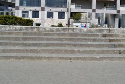 アニメで冬音たちが休んでいたのがこのあたりの階段(片瀬江ノ島東浜海岸)