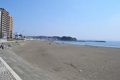 天気もよく、春休み期間中だったこの日は、地元の子供たちが砂浜を走り回っていた(片瀬江ノ島東浜海岸)