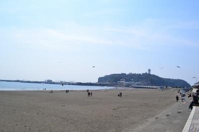 江ノ島を臨む景色に圧倒される(片瀬江ノ島東浜海岸)