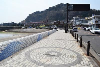 「鎌倉海浜公園」付近の海側の壁は波をイメージしたモザイクアートになっている
