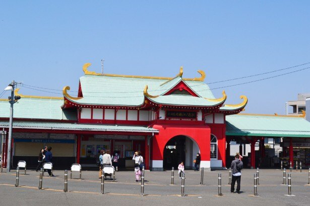 竜宮城のようなフォルムをした「片瀬江ノ島駅」