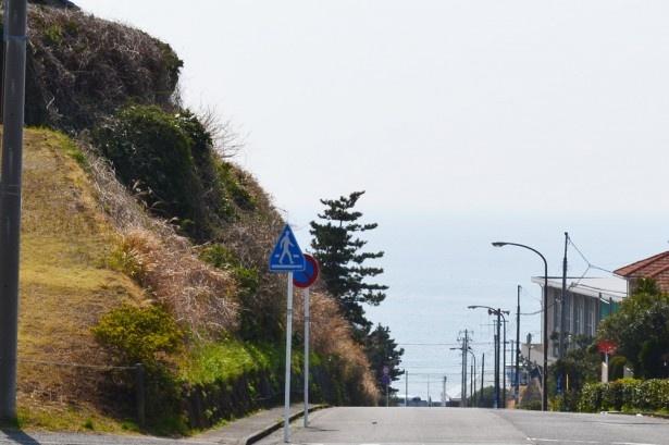 坂道の頂上では、道の先に海があるかのような景色も(七里ヶ浜2号踏切)