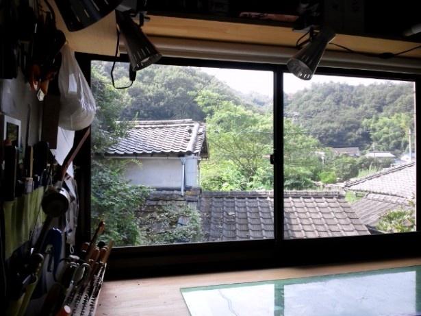 工房の窓から見える風景に季節の変化を感じながら、作業する毎日だ