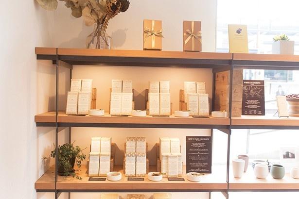 【写真を見る】チョコレートバーや雑貨類を販売(ダンデライオン・チョコレート 鎌倉店)