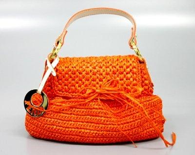 フェンディの「ハンドバッグ オレンジ」。銀蔵での中古売価は2万3800円のところ1泊1500円