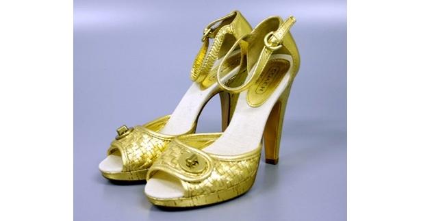 コーチ「パンプス エナメル ゴールド サイズ8」。銀蔵での中古売価は1万9800円のところ1泊1500円