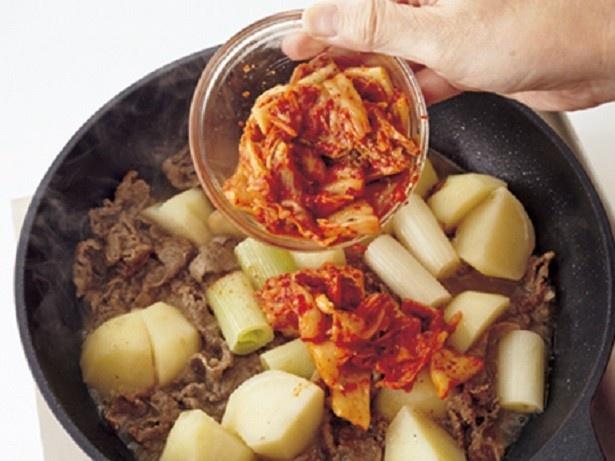 塩分を先に加えると、具材がやわらかく煮えないので、キムチはあとから加える