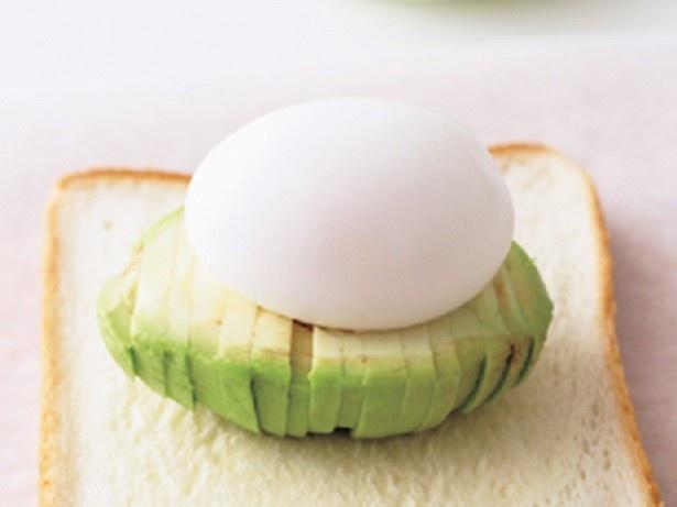 アボカドのくぼみにゆで卵をのせて