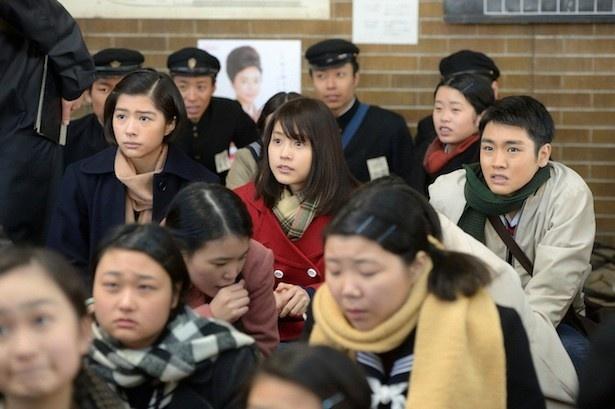 時子たち3人は集団就職で上京し、見知らぬ町での生活を始める