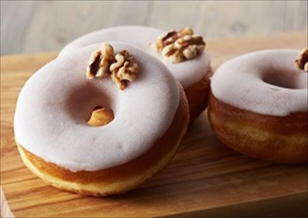 【写真を見る】人気の定番メニュー、ハニーウォルナッツドーナツはさらにおいしく!