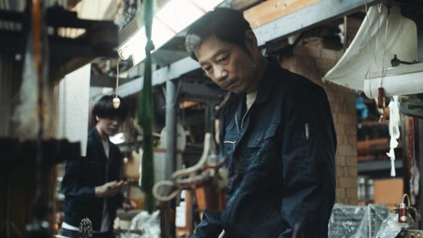 劇団「猫のホテル」創設メンバーで看板俳優である中村まことが織物職人の耕平を演じる