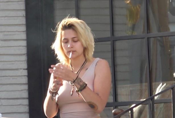 タバコに火を点けるパリス