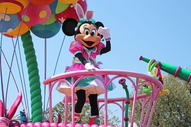 気球に乗り、空からうさたまを探すミニーマウス
