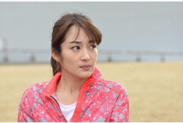 今回高梨が演じるのは、新興スマホゲーム会社で働くキャリアウーマン・茅ヶ崎美沙