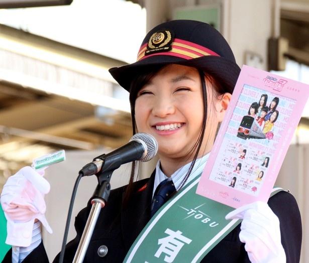 【写真を見る】有安杏果は記念写真を手に満面の笑みを見せる