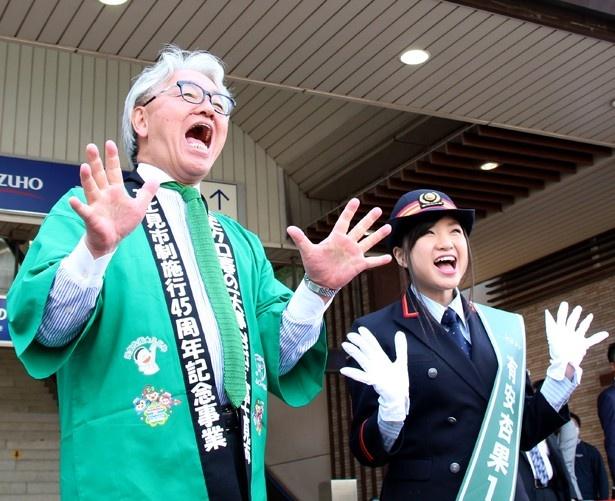 「ももクロChan」(テレビ朝日)スタッフからタイトルコールをお願いされ、富士見市の星野市長、モモノフと共に「ももクロChan!」とポーズ