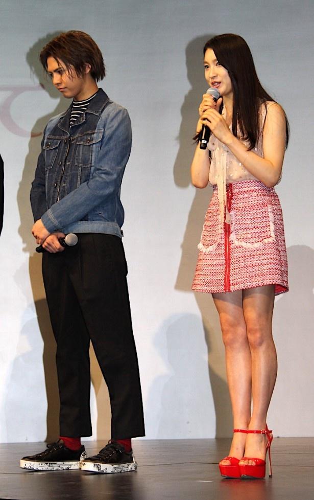【写真を見る】土屋太鳳、美脚を披露!超ミニスカートに真っ赤なヒールを合わせて登場