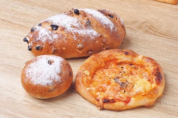 ブランジェリージョバンニ/(左奥から)クルミとレーズンのパン¥350、クランベリーのクリームチーズ¥155、マルゲリータ¥185