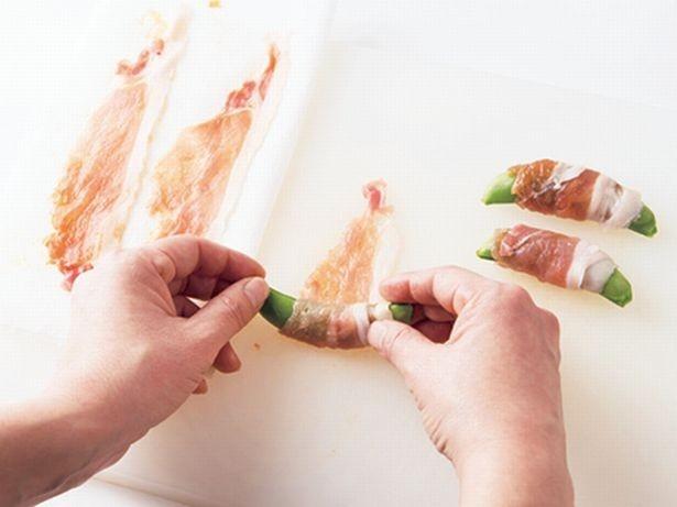 スナップえんどうの両端を少し残して豚肉を巻きつけると、揚げたときに緑色が少し見えてきれい