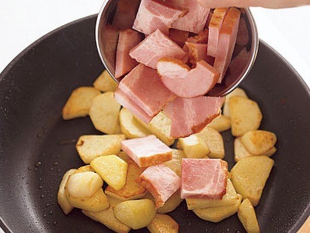 じゃがいもは電子レンジで加熱してから、フライパンでカリッと炒めると、時間短縮になる