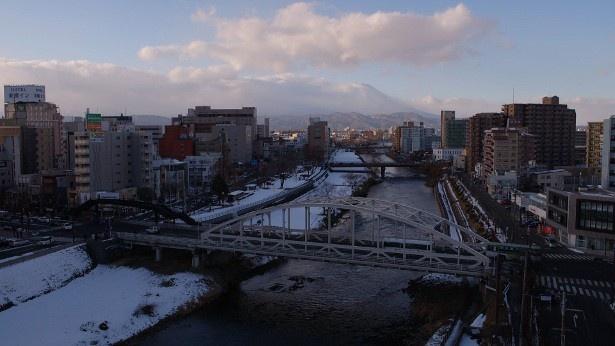 【写真を見る】岩手の開運橋と岩手山。年月が刻んできたこの地の多彩な「物語」とは?