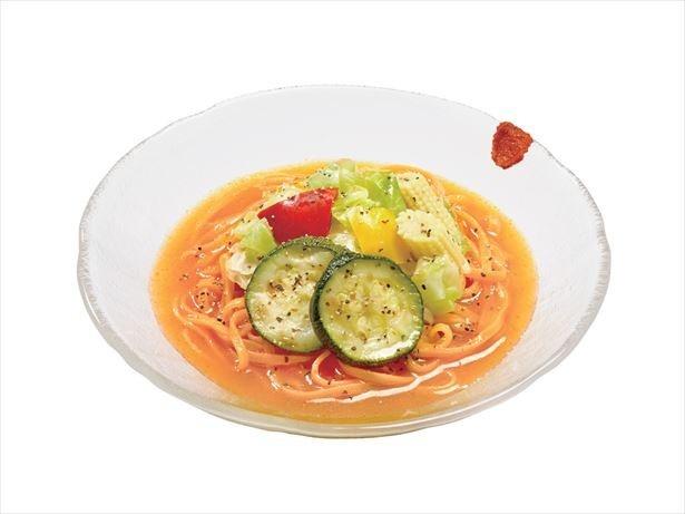 【写真を見る】パプリカを練りこんだもっちりとした平打ち麺に、野菜5種類が色鮮やかにトッピングされた「ベジ涼風麺」(572円)
