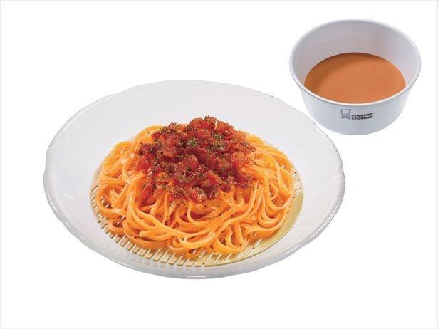 パプリカを練りこんだもっちりとした平打ち麺に、アクセントとしてセミドライトマトをトッピングされた「トマト豆乳ベジ涼風麺」(464円)