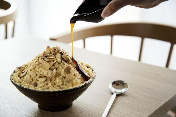 4月10日(月)から27日(木)まで期間限定発売する日本限定・季節限定メニュー「黒みつきな粉餅ソルビン」(900円)